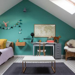 Réalisation d'une chambre d'enfant de 1 à 3 ans design de taille moyenne avec un mur vert et un sol gris.