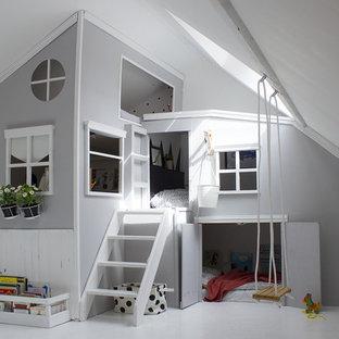 Foto di una cameretta per bambini da 4 a 10 anni minimal di medie dimensioni con pareti grigie, pavimento bianco e pavimento in legno verniciato
