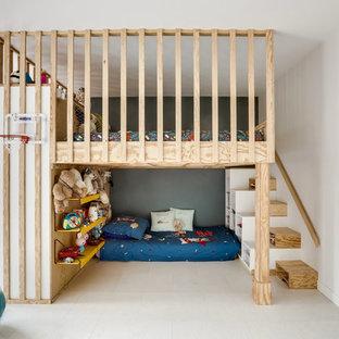 Exemple d'une chambre d'enfant de 4 à 10 ans tendance avec un mur blanc et un sol blanc.