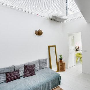 Réalisation d'une chambre d'enfant design de taille moyenne avec un mur blanc et un sol en bois peint.