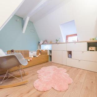 Exemple d'une petite chambre d'enfant de 1 à 3 ans scandinave avec un sol en bois clair, un sol beige et un mur blanc.