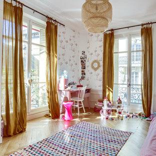 Inspiration pour une chambre d'enfant de 4 à 10 ans nordique avec un mur blanc, un sol en bois clair et un sol beige.
