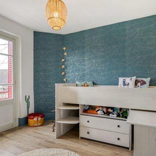 Exemple d'une chambre d'enfant de 4 à 10 ans scandinave de taille moyenne avec un mur vert, un sol en bois clair et un sol beige.