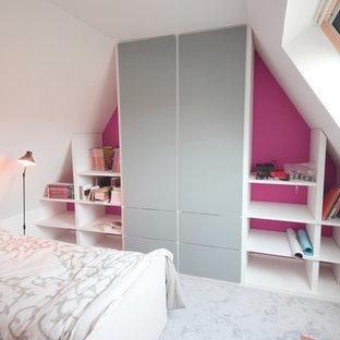 Inspiration för mellanstora moderna flickrum kombinerat med sovrum och för 4-10-åringar, med vita väggar och heltäckningsmatta