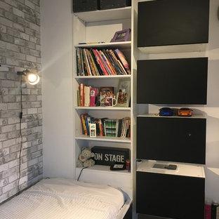 Idéer för små funkis barnrum kombinerat med sovrum, med vita väggar, laminatgolv och beiget golv