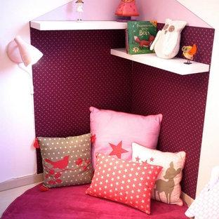 Esempio di una piccola cameretta per bambini da 1 a 3 anni shabby-chic style con pareti bianche, pavimento in laminato e pavimento beige