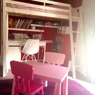 Foto på ett litet funkis flickrum kombinerat med sovrum och för 4-10-åringar, med grå väggar, heltäckningsmatta och rosa golv