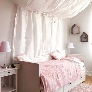 Foto di una cameretta per bambini da 4 a 10 anni shabby-chic style di medie dimensioni con pareti beige, parquet chiaro e pavimento beige