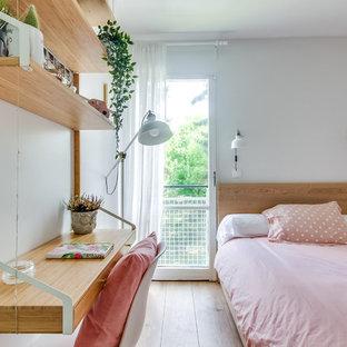 Cette image montre une chambre d'enfant design avec un mur blanc, un sol en bois clair et un sol beige.