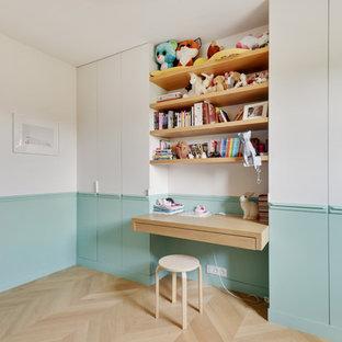 Cette photo montre une chambre de fille de 4 à 10 ans scandinave avec un bureau, un mur multicolore, un sol en bois clair et un sol beige.