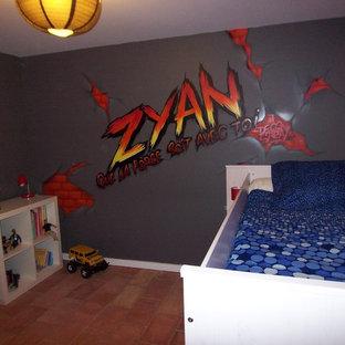 Inspiration pour une chambre d'enfant de 4 à 10 ans avec un mur gris, un sol en carreau de terre cuite et un sol rouge.