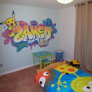 Esempio di una cameretta per bambini da 4 a 10 anni con pareti blu, pavimento in terracotta e pavimento rosso