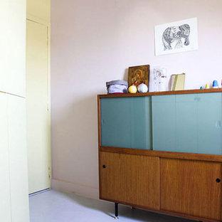 Ejemplo de dormitorio infantil de 4 a 10 años, moderno, de tamaño medio, con paredes multicolor, moqueta y suelo blanco