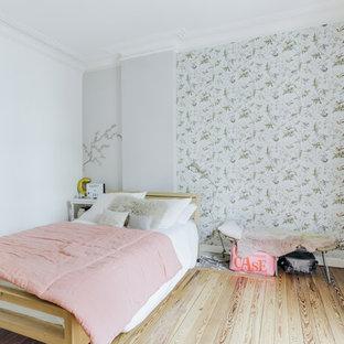Réalisation d'une chambre d'enfant nordique avec un mur bleu et un sol en bois clair.
