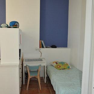 Ispirazione per una grande cameretta per bambini moderna con pareti bianche, pavimento in terracotta e pavimento marrone