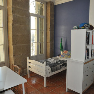 Idéer för stora funkis barnrum, med vita väggar, klinkergolv i terrakotta och brunt golv