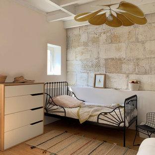 Свежая идея для дизайна: детская среднего размера в стиле ретро с спальным местом, белыми стенами, светлым паркетным полом и балками на потолке для ребенка от 4 до 10 лет, девочки - отличное фото интерьера