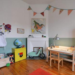 Réalisation d'une chambre d'enfant de 4 à 10 ans nordique avec un mur vert, un sol en bois brun et un sol marron.