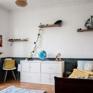 Inspiration pour une grande chambre d'enfant de 4 à 10 ans nordique avec un sol marron, un mur blanc et un sol en bois brun.