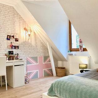 Cette photo montre une chambre tendance de taille moyenne avec un mur blanc, sol en stratifié et du papier peint.