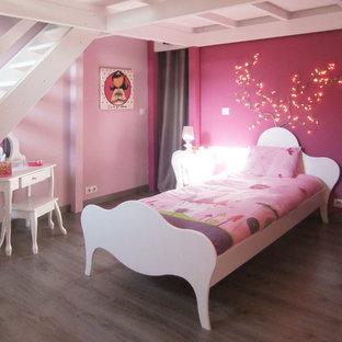 Idéer för stora funkis flickrum kombinerat med sovrum och för 4-10-åringar, med rosa väggar, laminatgolv och grått golv