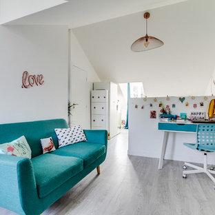 Cette photo montre une grand chambre d'enfant scandinave avec un mur blanc, un sol gris et sol en stratifié.