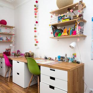 Cette image montre une chambre neutre design avec un bureau, un mur blanc, un sol en bois brun et un sol marron.
