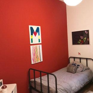Foto på ett litet funkis barnrum kombinerat med sovrum, med röda väggar och ljust trägolv