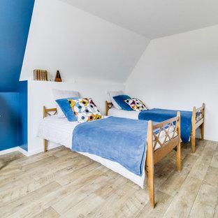 Bild på ett stort industriellt barnrum, med blå väggar, linoleumgolv och brunt golv