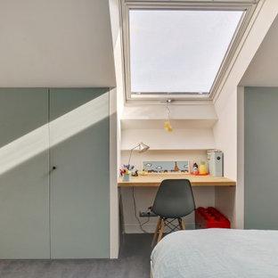 Diseño de dormitorio infantil actual, grande, con paredes blancas, moqueta y suelo azul