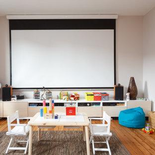 Cette image montre une chambre d'enfant nordique avec un mur beige et un sol en bois brun.