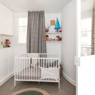 Idéer för ett litet modernt barnrum kombinerat med sovrum, med vita väggar, betonggolv och grönt golv
