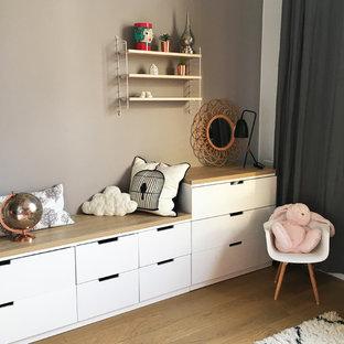 Idee per una cameretta per bambini da 1 a 3 anni nordica di medie dimensioni con parquet chiaro, pareti marroni e pavimento marrone