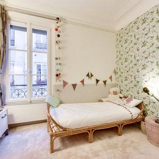 Aménagement d'une chambre d'enfant de 1 à 3 ans scandinave de taille moyenne avec un mur multicolore, moquette et un sol rose.