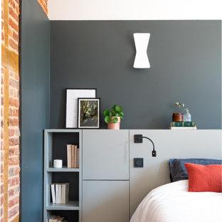 Idee per una cameretta per bambini minimal di medie dimensioni con pareti grigie, pavimento marrone e pareti in mattoni
