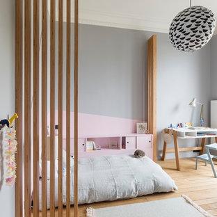 Inspiration pour une grand chambre d'enfant de 4 à 10 ans nordique avec un mur gris, un sol en bois clair et un sol beige.