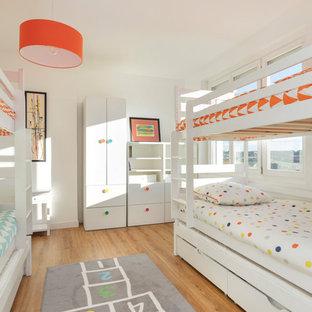 Imagen de dormitorio infantil de 4 a 10 años, marinero, de tamaño medio, con paredes blancas, suelo de linóleo y suelo marrón