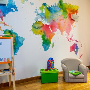 Exemple d'une salle de jeux d'enfant tendance avec un mur blanc, un sol en bois brun et un sol marron.