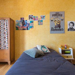 Inspiration pour une chambre d'enfant bohème avec un mur jaune, un sol en bois brun et un sol marron.