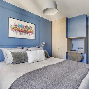 Idéer för små funkis barnrum kombinerat med skrivbord, med blå väggar, ljust trägolv och beiget golv