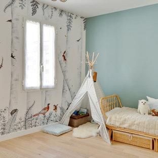 Ispirazione per una grande cameretta per bambini da 4 a 10 anni moderna con pareti bianche, pavimento in legno massello medio, pavimento beige e carta da parati