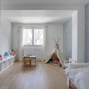Inspiration pour une chambre d'enfant design avec un mur gris, un sol en bois clair et un sol beige.