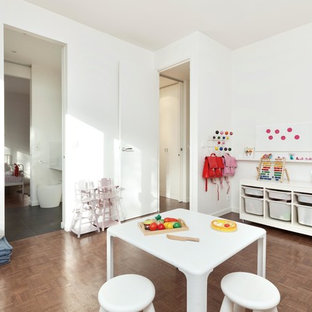 Idées déco pour une grand chambre d'enfant de 4 à 10 ans contemporaine avec un mur blanc et un sol en bois foncé.