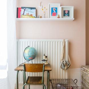 Cette photo montre une chambre de fille de 4 à 10 ans scandinave de taille moyenne avec un bureau, un mur rose et un sol en bois brun.