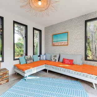 Cette photo montre une chambre d'enfant éclectique de taille moyenne avec un mur blanc, un sol en carrelage de céramique et un sol beige.