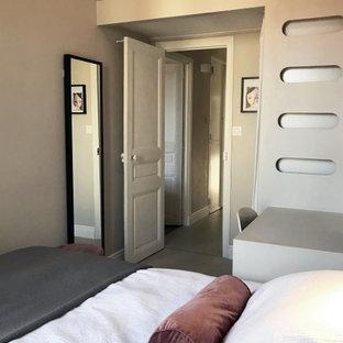 Idéer för ett litet modernt barnrum kombinerat med sovrum, med beige väggar, kalkstensgolv och beiget golv