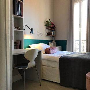 Cette photo montre une petit chambre d'enfant moderne avec un mur beige, un sol en calcaire et un sol beige.