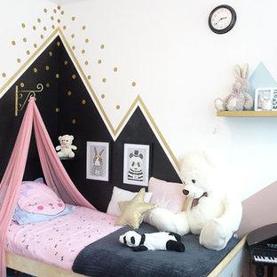 Réalisation d'une chambre d'enfant de 4 à 10 ans nordique avec un mur multicolore.