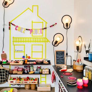 Ejemplo de dormitorio infantil de 4 a 10 años, actual, de tamaño medio, con paredes blancas y suelo de madera en tonos medios