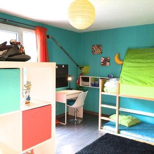 Réalisation d'une chambre neutre de 4 à 10 ans design de taille moyenne avec un bureau.